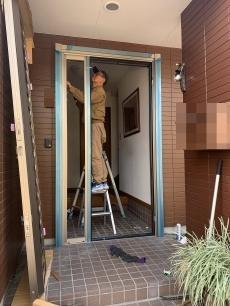 既設のドアを外し、カバー工法で枠を組んでいきます。