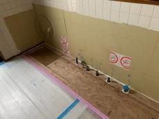 キッチン解体後、給排水とガスの配管を新しいキッチンの図面に合わせて仕込みます。