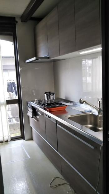扉は木目調、キッチンパネルはホワイト系で 明るい雰囲気になりました。