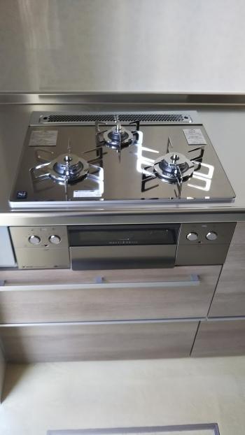 コンロは最新の自動調理付きノーリツ製の「ピアットマルチグリル」です。 グリルで様々な調理が自動でできます。
