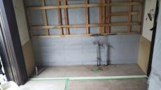 キッチン解体後の配管と下地の様子です。