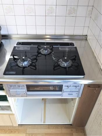 天板を60cm幅に変更したことで、コンロ横のスペースを確保することができ、調味料を置いたりと有効活用できるようになりました。