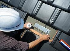 アンカーをビスで固定します。その後、シリコンで防水処理をするため、プライマーで下地塗装をします。