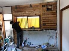 既設のキッチンを解体し、下地を改善中です。下地をしっかり施工することにより収まりが良くなります。