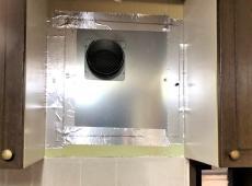 レンジフードの裏側です。 この穴にダクトを繋いで外に排気します。