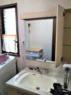 2面鏡の洗面化粧台でした。 側面が剥がれ劣化していました。