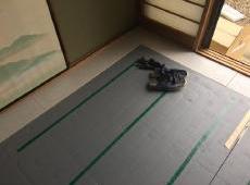床暖房の温水マットの位置を決めていきます。 生徒さんがよく座るところを中心に敷きました。