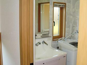 洗面化粧台が完成しました。 この洗面台の上部吊り戸棚部分にはエアコン兼ドライヤーの暖房&涼風機能が付いていてとても便利です。