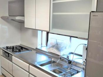 キッチンの施工が終わりました 右側の吊戸棚は電動昇降タイプで乾燥機能も付いているのでとても便利です。