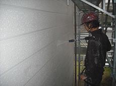 高圧洗浄で外壁・屋根その他をきれいに洗浄していきます。