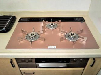 ビルトインコンロはリンナイ製の「リッセ」に取り替えさせていただきました。 天板の色が変わるだけでキッチンの印象がガラッと変わりました。