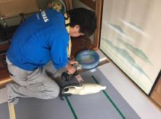 床下に温水配管を落とし込み、給湯器に繋ぎます。 床暖房は給湯器のお湯がマットの中を流れお部屋を暖める仕組みです。