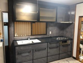 吊戸棚の位置が下がり、収納も引き出しタイプで収納量も増え、使いやすいキッチンになりました。