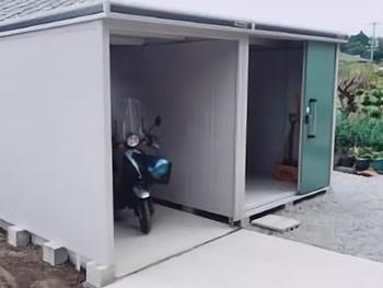 左側がバイク置き場と洗濯物干し場、右側が収納庫としてお使いいただけます。