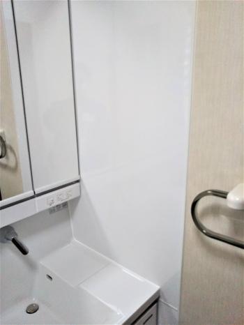横壁にはホーロークリーン洗面パネルを取り付け。 水はねしてもクロスを傷めず、マグネットも付けられるのでフックや置台など自由にカスタマイズできます。