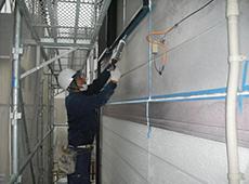 外壁と外壁の継ぎ目に使用されているコーキングを、新しく打ち直します。