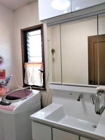 3面鏡の洗面化粧台に取り替えました。 キャビネットや鏡の裏にたっぷり収納できます。<br>白を選択いただいたことで清潔感のあるすっきりした洗面所になりました。