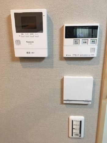 壁には給湯器のリモコンに加え、床暖房のリモコンとインターホンを新たに増やしました。 1カ所にまとめると使い勝手が良く、大変便利です。