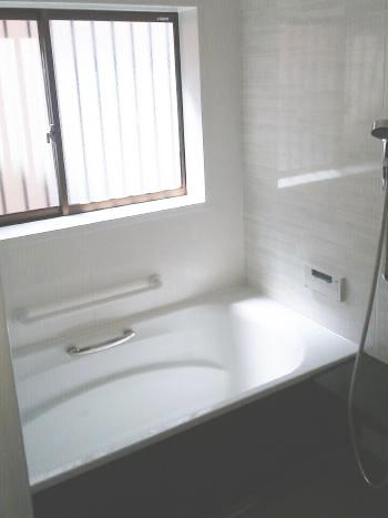 天井、壁、床は保温材で包まれているため暖かく、さらにガス浴室暖房乾燥機も設置しているので、寒い日でも快適に入浴ができるようになりました。