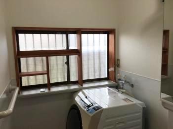 大工さん特製の出窓収納です。 窓枠に合わせて塗装しているので、とてもおしゃれな仕上がりです。