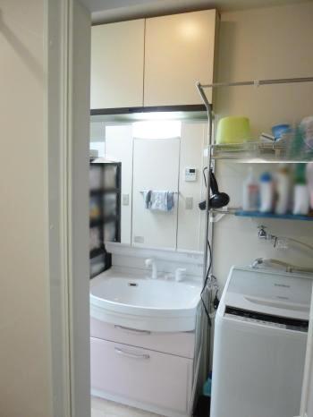 洗面化粧台はタカラスタンダード製の「オンディーヌ」です。ミラー裏とキャビネットでたっぷり収納できます。