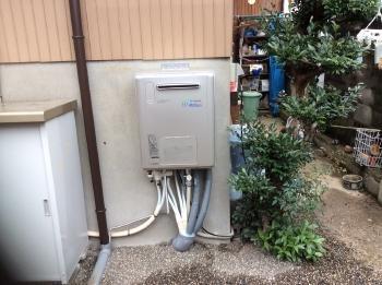 外の給湯器は一体型の暖房給湯器へ取り替えました。設置場所も移設し、通路を広く取りました。