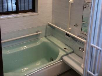 明るい色の素敵なお風呂になりました。 「浴暖くん」も設置され、快適に入浴していただけます。