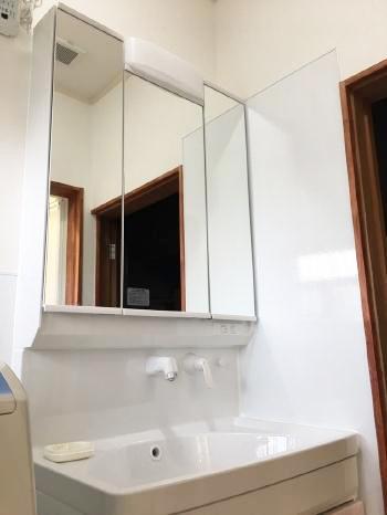 洗面化粧台は便利な三面鏡です。 ミラー裏と洗面台下のキャビネットでたっぷり収納できます。