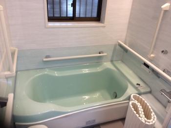 浴槽のエプロン部分が低くなったので以前より入浴しやすくなりました。また、安全のために手摺りも随所に設置しました。