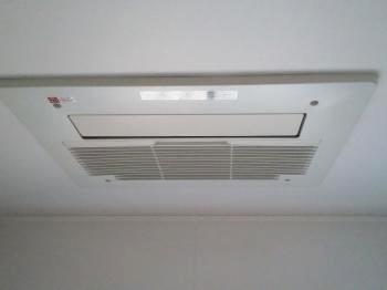 ガス温水式の浴室暖房乾燥機です。 冬は暖房機能でしっかりと暖められ、夏場は涼風機能やカビ対策の乾燥機能、雨の日には衣類乾燥と一年中活躍します。