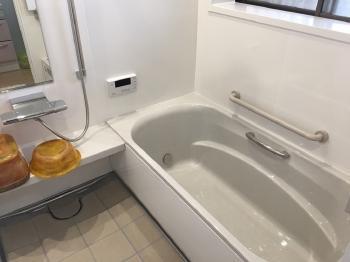 白をベースにした明るいお風呂になりました。 ホーロー壁でお掃除しやすく、天井・壁・浴槽はたっぷりの保温材で包まれているので、冬場の寒さも和らげます。