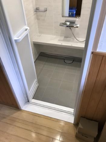 ユニットバスの床は汚れやキズに強く、乾きが早い磁器タイルでできています。 ドアは、カビが発生しやすいゴムパッキンのないタイプで、お手入れがしやすくなりました。