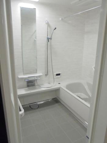 ゆったり浸かれる広々した浴槽に、浴室暖房乾燥機も付いて快適なお風呂になりました。