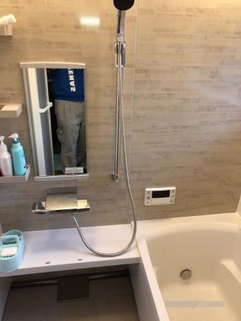新しいユニットバスが完成しました。 シャワーフックのバーが手摺り兼用のため、浴槽への出入りもしやすくなっています。