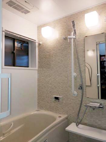 広々とした浴槽、手摺り兼用シャワーフック、滑りにくい床、お掃除が簡単な鏡や浴槽と快適・安全・お掃除ラクラクなお風呂になりました。