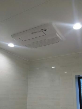 壁は汚れに強い高品位ホーローなので、お掃除が簡単です。 天井には浴室暖房乾燥機を設置し、より快適にお風呂に入ることができます。