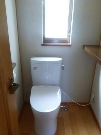 2階トイレにはTOTO「ピュアレストEX」を設置しました。 汚れがつきにくく落としやすいセフィオンテクト便器です。 また、フチなし形状でお掃除も簡単です。