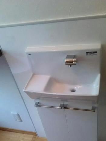 手洗いには、LIXILの「コフレルワイド」を設置しました。 すっきり納まる手洗いキャビネットで収納もたっぷりあり、トイレ空間を充分に活用できます。