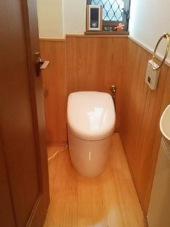 1階のトイレはTOTO「ネオレスト」です。 従来の1/3の水で洗浄するので、大きな節水効果があります。待機時の保温電力を抑えることで電気料金も節約できます。