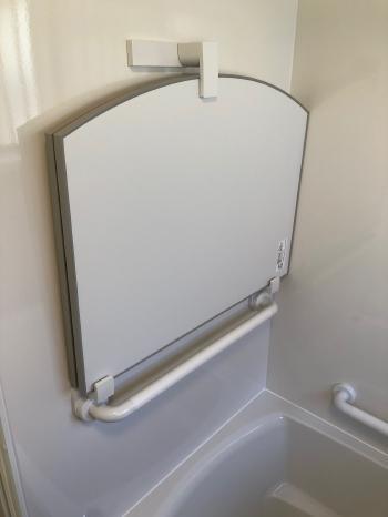 風呂蓋収納兼手摺りです。 浴槽への出入りがラクになります。