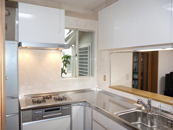 キッチンパネルを張り付け、新しいキッチンを入れて完成です!