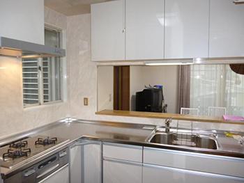 白を基調としたとても明るい雰囲気のキッチンになりました。