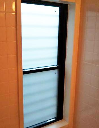 浴室の施工後の様子です。 ガラスを乳白色のペアガラスに交換しました。