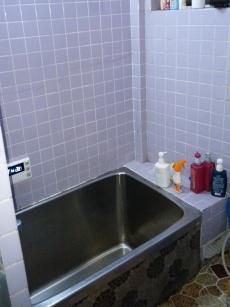 施工前の既設のお風呂です。 タイル張りで寒く、冬場は入浴前に床に熱湯をかけて温めてから入られることもありました。