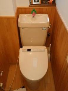 トイレも古くなってきたので一緒に取り替えさせていただきます。