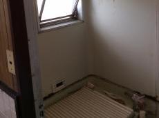施工前の浴室です。 天井や壁のサビが目立っていました。