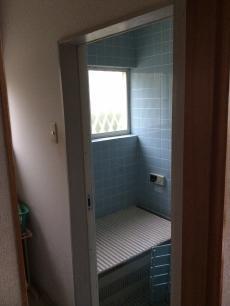 施工前の浴室です。 暗くて寒い印象でした。