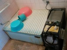 長年ご使用されていた風呂釜と浴槽です。お風呂の床はタイルで、歩くとヒヤッとします。