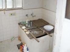 浴槽が狭く、床や壁がタイル張りで寒いお風呂でした。