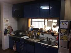 施工前のキッチンです。壁はタイルで仕上げてありました。